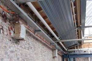 Am nördlichen Ende wird die Halle in ganzer Breite genutzt. Über die Empore verläuft ein Band aus Deckenstrahlplatten.<br />(06 Empore.jpg)<br />