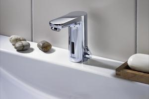 """Die Nutzung der sensorgesteuerten Waschtischarmatur """"Celis E"""" ist auch für bewegungseingeschränkte Menschen für bequem und sicher."""