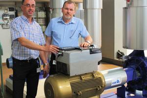 Manfred Fröba (rechts) ist im KSB-Werk Pegnitz für die Gebäudetechnik verantwortlich. Unterstützung bei Auswahl und Einsatz der Pumpen- und Regelsysteme erhält er von KSB-Planerberater Horst Schmidt (links).