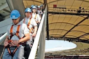 Spektakulärer Auftritt - die im Film auftretenden Auszubildenden steigen vom Dach des Stadions<br />