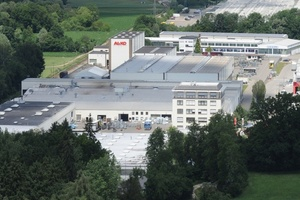 Am Produktionsstandort in Kleinkötz, dem europäischen Leitbetrieb der AL-KO Fahrzeugtechnik, wurden die meisten Maßnahmen umgesetzt. Im Bildvordergrund ist das Verwaltungsgebäude zu sehen (rechts vorne), hinten das Hochregallager (links) sowie der Warenausgang.