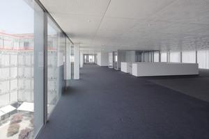 Hinter den 1,35&nbsp;m x 1,35&nbsp;m große Metallelementen der Decke wurde ein Großteil der Gebäudetechnik versteckt<br />