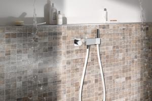 Der Duschsitz von Keuco bietet eine<br />komfortable Sitzmöglichkeit in der Dusche. Wird er<br />nicht genutzt, lässt er sich unauffällig an die Wand<br />klappen.<br />