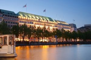Wer hier residiert, legt auf Tradition, Charme und Luxus Wert: das Grandhotel Fairmont Hotel Vier Jahreszeiten an der Hamburger Binnenalster