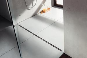 """Auch das """"Sanierungsmodell"""" der Duschrinne """"Advantix Vario"""" von Viega zeichnet sich durch die puristische Linie mit nur 4 mm breitem Stegrost aus."""