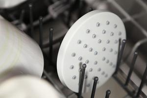 Der Brauseboden wird zur Reinigung einfach abgeschraubt und in der Spülmaschine gereinigt.