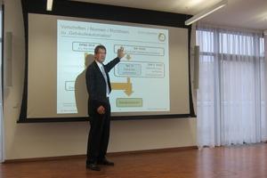 Wie das Thema Gebäudeautomation – auch beim Kunden – fesselnd kommuniziert werden kann, zeigte Prof. Michael Krödel mit seinem Gebäude-IQ Vortrag.  (Foto: Hosch)