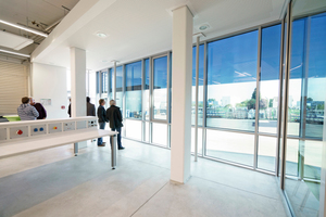 """Ein Fassadenabschnitt der Ausbildungswerkstatt ist mit dem elektronisch tönbaren """"SageGlass"""" ausgerüstet."""