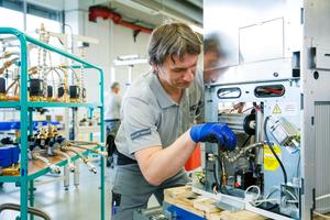 Die Vaillant Group hat 2013 mit der Kleinserienfertigung eines wandhängenden Brennstoffzellen-Heizgerätes begonnen. Rund 100 Anlagen will der Hersteller im Jahresverlauf in deutschen Privathaushalten installieren.