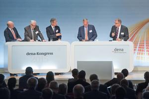 Eröffnungsplenum des dena-Energieeffizienzkongresses mit (v.l.n.r.) Andreas Kuhlmann (Vorsitzender der dena-Geschäftsführung), Michael Ziesemer (Präsident des ZVEI), Lothar Keller (Journalist und Fernsehmoderator), Dr. Bernhard Reutersberg (Mitglied des Vorstands von E.ON) und Ole Møller-Jensen (Geschäftsführer Danfoss Deutschland)
