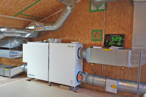 Im Technikhaus Energie+ sorgt ein Lüftungsgerät für einen siebenfachen Luftaustausch sorgt. Das zentrale Gerät versorgt insgesamt vier Räume individuell mit Frischluft. Eine Warnampel zeigt eindrucksvoll, ob die Luft noch frisch genug ist.<br />