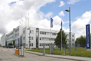 Bestehendes Center der DFS Deutsche Flugsicherung GmbH am Münchner Flughafen; im Hintergrund das neue Center