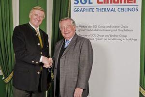 Hans Lindner, Vorstandsvorsitzender der Lindner Group und Robert Koehler, Vorstandsvorsitzender der SGL Group, (v. l.) besiegeln die Gründung der SGL Lindner GmbH & Co KG