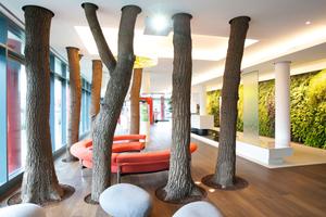 Im Foyer wirken insgesamt sieben Bäume als Raumtrenner