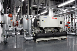Die Abwärme aus den Gestellräumen wird vorrangig zum Heizen der Büros genutzt; die ohnehin erforderlichen Kältemaschinen in der Kältezentrale C arbeiten saisonal auch als Wärmepumpen