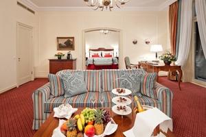 Alle 156 Gästezimmer und Suiten des Hotels – hier die Prinz-Heinrich-Suite – wurden von 2008 bis 2010 renoviert und präsentieren sich freundlich, luxuriös und detailfreudig