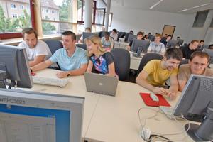 """Die Studierenden des Bachelor-Studiengangs """"Gebäude-, Energie- und Umwelttechnik"""" nutzen in der Vorlesung """"Heizungstechnik"""" die Software """"Energy Efficiency Calculation Tool"""" von Siemens."""