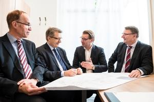 Die gute Zusammenarbeit hat zum Erfolg in kürzester Bauzeit geführt: (v.l.n.r.) Gerhard Rother und Frank Nolte von der Witten-Mitte eG, Marc Rakowske von AEG Haustechnik und Jürgen Niedereichholz vom SHK-Fachbetrieb Minnhard Meewes.