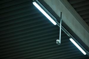 Die neuen Leuchten wurden an das vorhandene Lichtband montiert. Bestückt sind sie mit Honeywell-LED-Tubes (5000 K). Gesteuert wird das Bus-System über frei programmierbare HF-Präsenzmelder mit mindestens einem Gerät pro Feld. Die Vernetzung der Melder untereinander erlaubt eine hochflexible Steuerung. Die Zyklen reichen von 1 s bis zu 96 h.