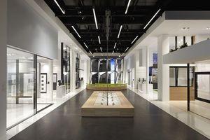 Blick vom Eingang aus in den neuen Schüco-Showroom.  (Foto: Schüco International KG)