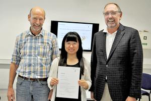 Ingenieur Jürgen Kosok (links), Bosch Solarthermie GmbH, und Prof. Dr. Franz-Peter Schmickler (rechts) betreuten die chinesische Studentin Yue Shiqi während ihrer Bachelor-arbeit an der FH Münster.