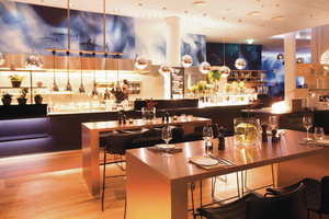 """Getreu dem Designschwerpunkt """"Wasser"""" heißt das Restaurant im beim """"Scandic Hamburg Emporio"""" """"H2O"""""""
