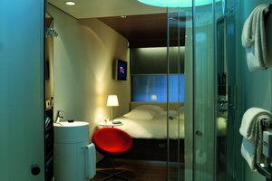 Die Hotelzimmer wurden mit großem Bett und Regendusche ausgestattet