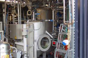 Heizzentrale im Erdgeschoss: In der Mitte das Entnahmegefäß für die aus den Bioreaktoren ausgefilterte Biomasse an Algen. Diese wird weiterverwertet in einer Biogasanlage außerhalb von Wilhelmsburg.