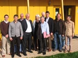 Dieter Herz (Zweiter von rechts) klärte eine Delegation aus England über das Thema energieeffizientes Bauen auf; dabei stand die Besichtigung des neuen Solux-Firmengebäudes in Kempten auf dem Programm, bei der Solux-Geschäftsführer Josef Rist (Erster von rechts) viele Fragen beantworteten musste   (Foto: Jensen Media)